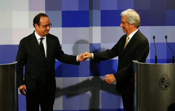 Los presidentes se saludan luego de hablar de la actualidad internacional. Foto: F. Ponzetto.