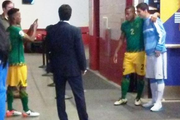 Damano Salomon fue a buscar a Suárez al vestuario de Uruguay. Foto: @JorgeMunoz_