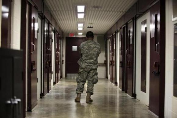 Guardia estadounidense parado en pasillo del Campo 5. Foto Reuters