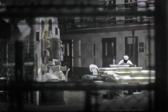 Un prisionero lee el diario en salón comunal. Foto: Reuter