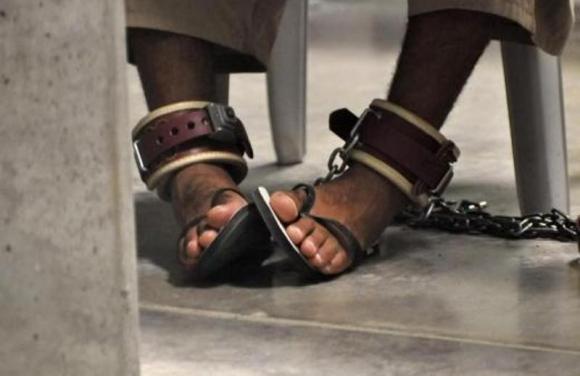Los pies de un detenido con grilletes. Foto: Reuters