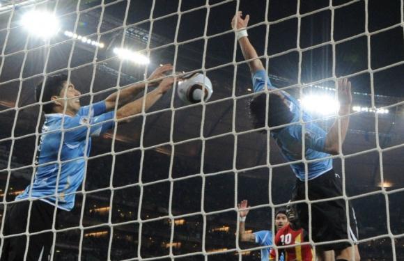 La mano de Luis Suárez contra Ghana en el Mundial de Sudáfrica 2010. Foto: Archivo El País