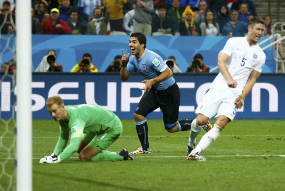 Luis Suárez anota el segundo gol y pone en ventaja a Uruguay. Foto:Reuters