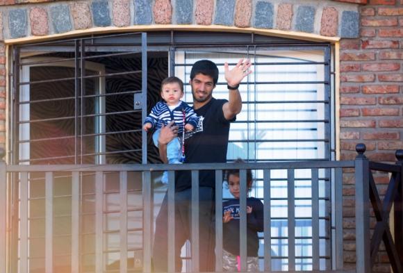 Luis Suárez saluda desde el balcón. Foto: Marcelo Bonjour