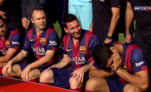 Luis Suárez a las risas con Lionel Messi en la foto oficial del Barcelona.