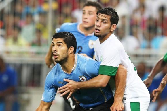 Luis Suárez marcado por un rival. Foto: EFE