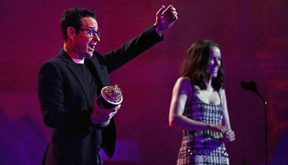 JJ Abrams y Daisy Ridely celebran. Foto: AFP.