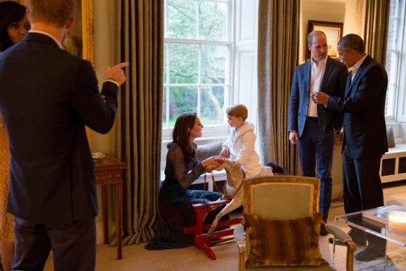 Obama y con el príncipe Guillermo y su hijo Jorge. Foto: Reuters