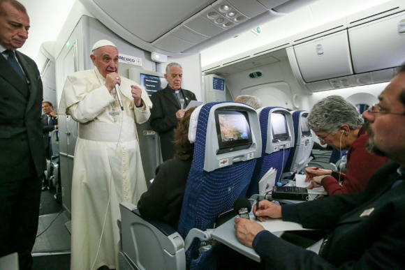 El Papa en la rueda habitual durante el vuelo de regreso a Roma. Foto: AFP