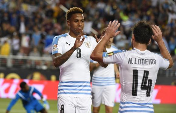Abel Hernández y NIcolás Lodeiro. Foto: AFP