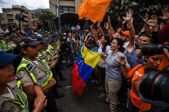 Los manifestantes debieron encararse frente a un férreo cordón policial. Foto: AFP