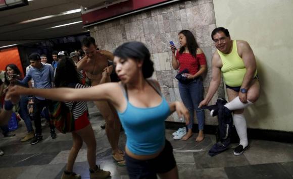 Jóvenes sin pantalones recorrieron las calles de México. Foto: Reuters.