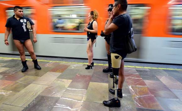 Jóvenes sin pantalones recorrieron las calles de México. Foto: AFP.