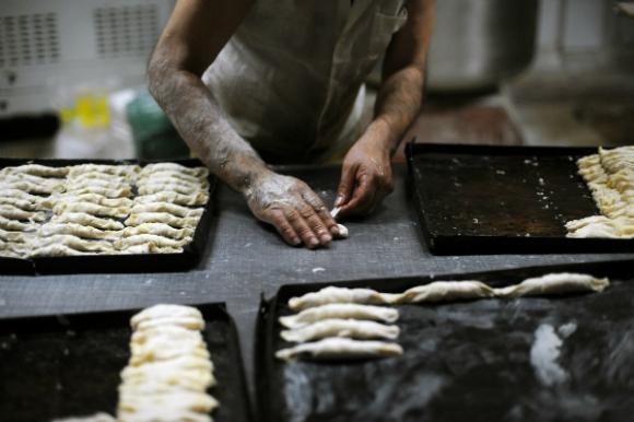 La paciente labor manual del panadero en la madrugada (Foto: Fernando Ponzetto)