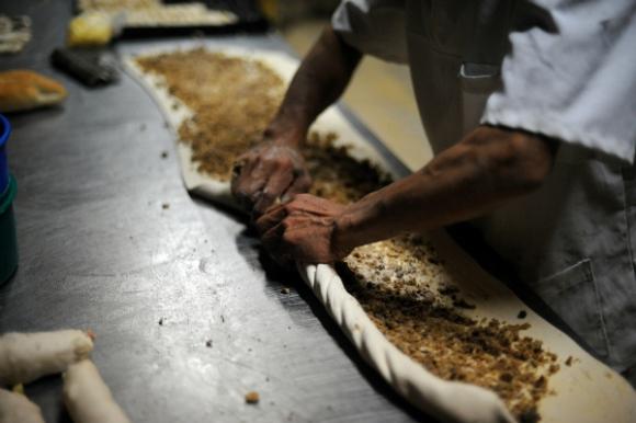 Así se prepara la rosca de chicharrones (Foto: Fernando Ponzetto)