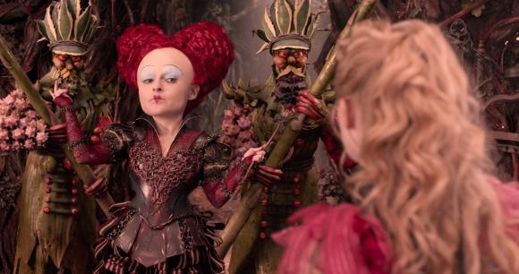 La Reina Roja vuelve a hacerle la vida imposible a Alicia.