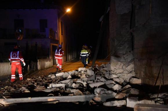 Autoridades caminan junto a escombros en la villa Sant'Antonio. Foto: EFE
