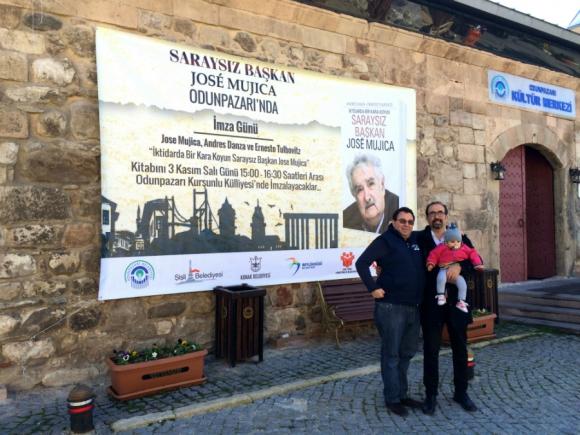 Andrés Danza -con Matilda Danza en brazos- y Ernesto Tulbovitz en Turquía.