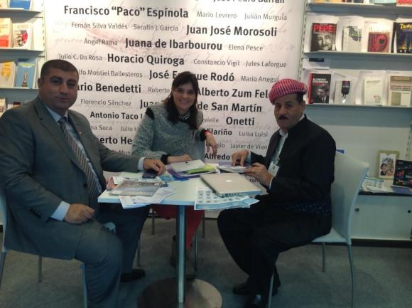Omaira Rodríguez en la feria de Frankfurt con agentes de Irán.