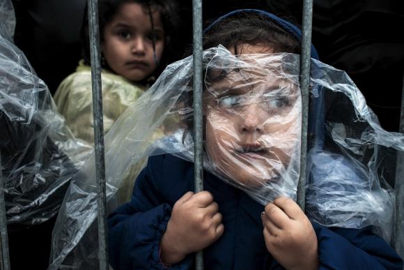 Primer premio en categoría Personas WPP:  Matic Zorman. Una niña  en un campo de refugiados en Preservo. Foto: vía Reuters