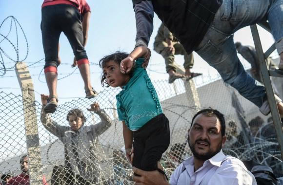 Tercer premio en categoría Spot News. La imagen fue registrada por el fotógrafo de AFP Bulent Kilic en un campo de refugiados en la frontera de Turquía. Foto: AFP