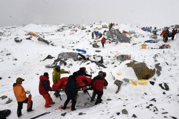 Otra fotografía de la serie Avalancha del fotógrafo de AFP Roberto Schmidt. Las imágenes fueron tomadas en abril de 2015 en la base del campamento del Everest. Foto: AFP