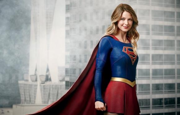 En la serie de Warner la interpreta Melissa Benoist.
