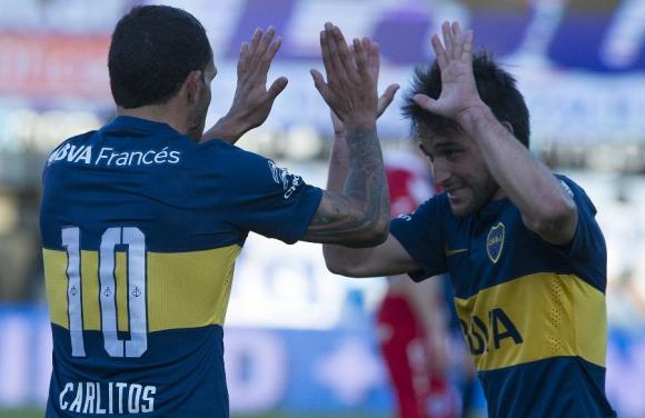 Decisivos. Carlos Tevez y Nicolás Lodeiro festejan el segundo gol a Argentinos Juniors. Foto: AFP