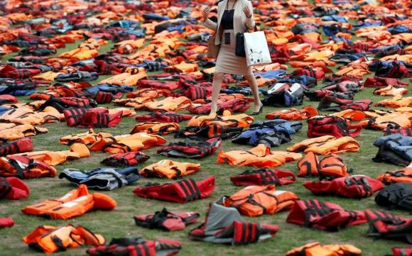 Salvavidas como protesta en el Parlamento de Londres. Foto: AFP