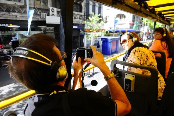 Turistas llevan todo tipo de cámaras para retratar la ciudad que los recibe.<br>Foto: M. Bonjour