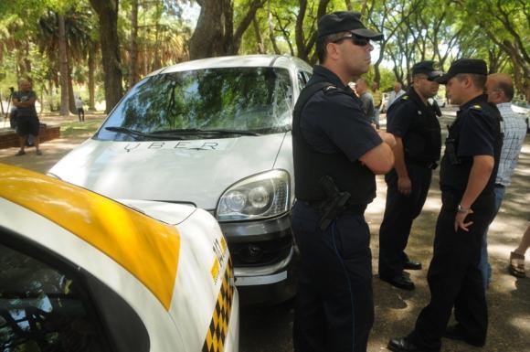 La Policía acudió al Parque Rodó donde el auto de Uber estaba rodeado por taxistas. Foto: F. Flores