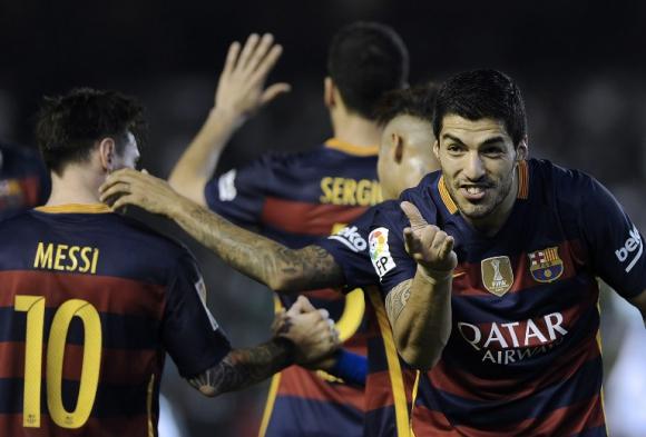 Luis Suárez saludando a Lionel Messi por su asistencia. Foto: AFP