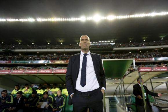 Zidane, en el banco durante Betis-Real Madrid. Foto: Reuters.