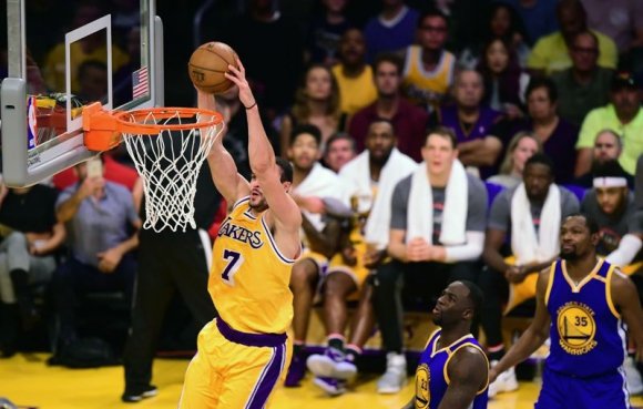 Incidencia de la gran victoria de los Lakers anoche ante los Warriors. Foto: AFP.