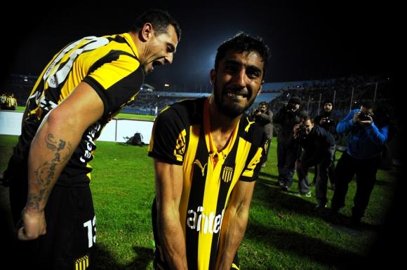 Maxi Olivera festeja su gol histórico para Peñarol. Foto: Fernando Ponzetto.