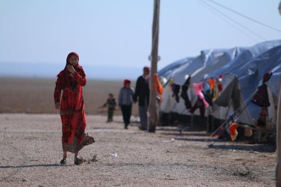 Una mujer iraquí camina por las tiendas de un campo de refugiados en Siria. Foto: Reuters