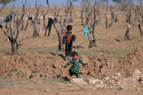 Niños iraquíes juegan en el campo de refugiados. Foto: Reuters