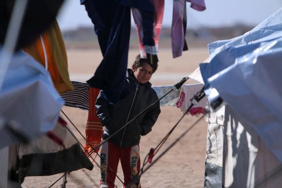 Un niño iraquí se refugia entre las carpas. Foto: Reuters