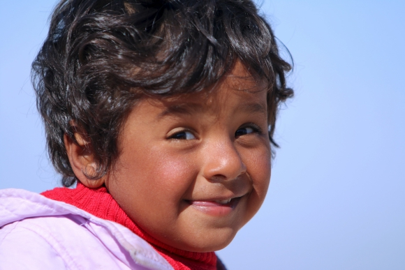 La sonrisa de un niño iraquí en el campo de Mabrouka, en el oeste de Siria. Foto. Reuters