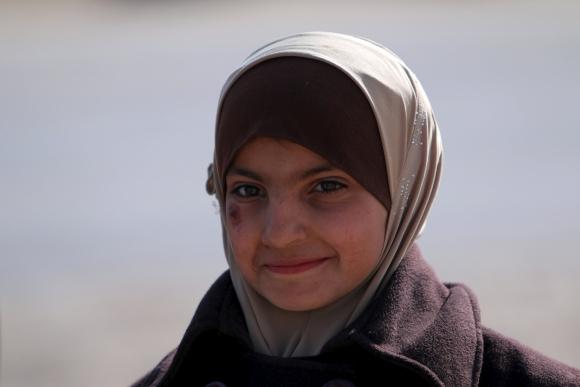 Una niña siria recién llegada al campo de refugiados. Foto: Reuters
