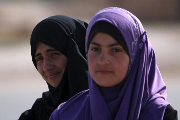 Dos jóvenes sirios, esperando su lugar en el campo de refugiados. Foto: Reuters