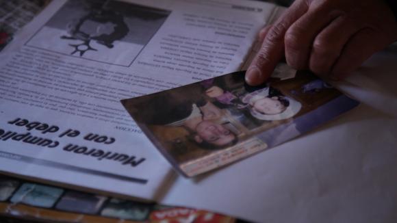 Rosa Quiroga muestra una foto de su hijo Marcelo Campos. Foto: Florencia Barré