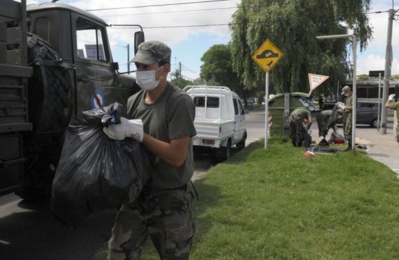 El Ejército sigue con las tareas de recolección de basura. Foto: Leonardo Mainé
