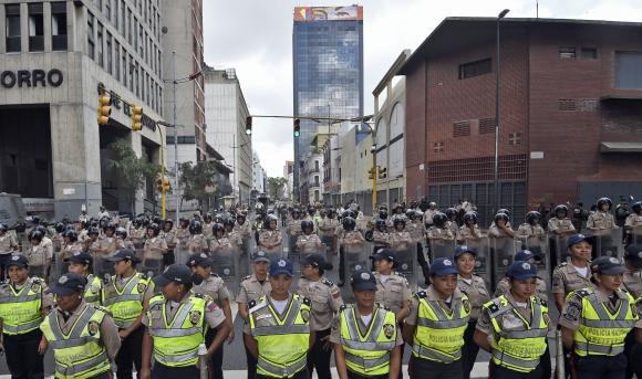 Chavistas y opositores antes de la jura de los nuevos diputados. Foto: AFP