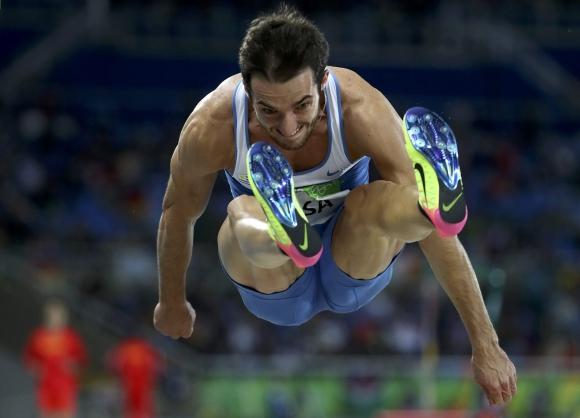 Emiliano Lasa avanza hacia la final de salto largo. Foto: Reuters