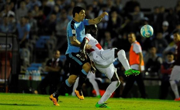 Luis Suárez con Christian Ramos en el partido entre Uruguay y Perú. Foto: Fernando Ponzetto