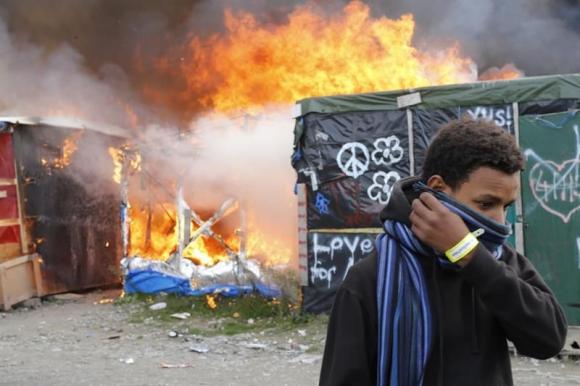 Desmantelamiento físico del campamento de inmigrantes de Calais. Foto: EFE