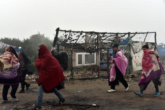 Desmantelamiento físico del campamento de inmigrantes de Calais. Foto: AFP