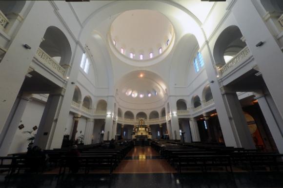 El interior es austero y se destaca el altar, construido en mármol.