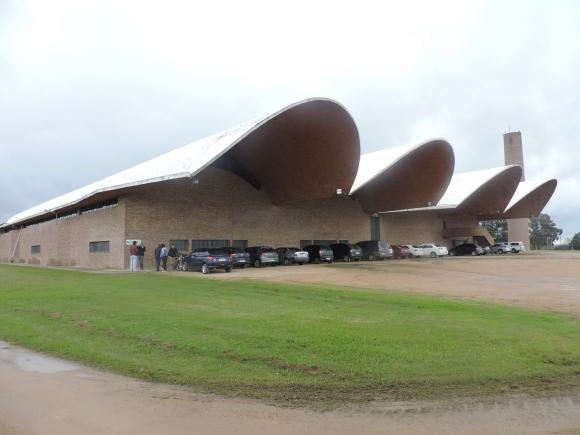 Fábrica San Juan Refrescos, la última obra del Ing. Eladio Dieste. Foto: Gentileza Liceo Tarariras